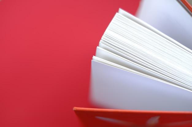 Boek met een rode kaft op een rode achtergrond