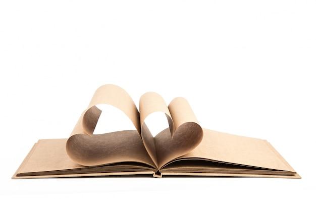 Boek met geopende pagina's van de vorm van hart geïsoleerd op witte backg