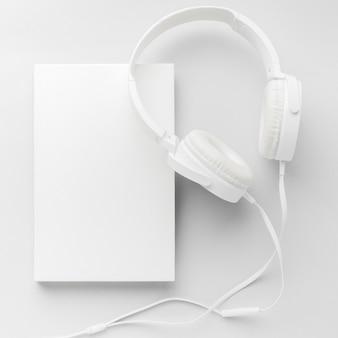 Boek met koptelefoon op bureau