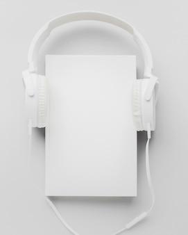 Boek met koptelefoon