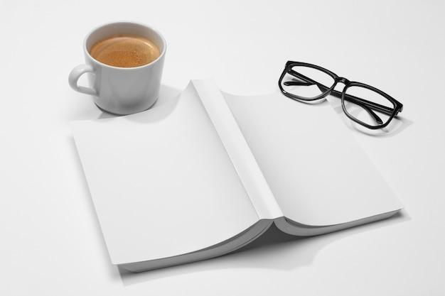 Boek met pagina's naar beneden hoog zicht en leesbril