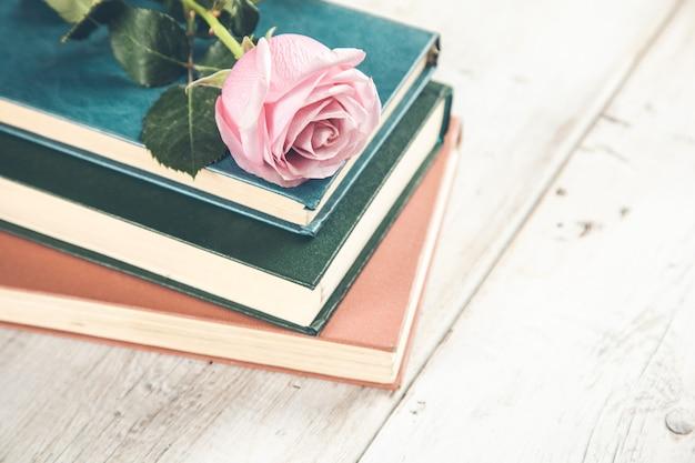 Boek met rozen op de houten tafel