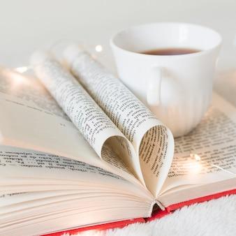 Boek met zijn pagina's vormgevend als een hart