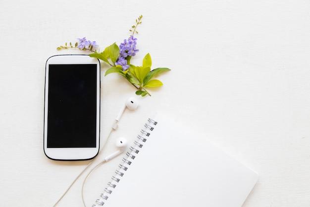 Boek, mobiel voor zaken op wit