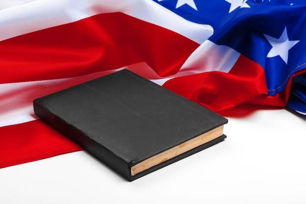 Boek op amerikaanse vlag
