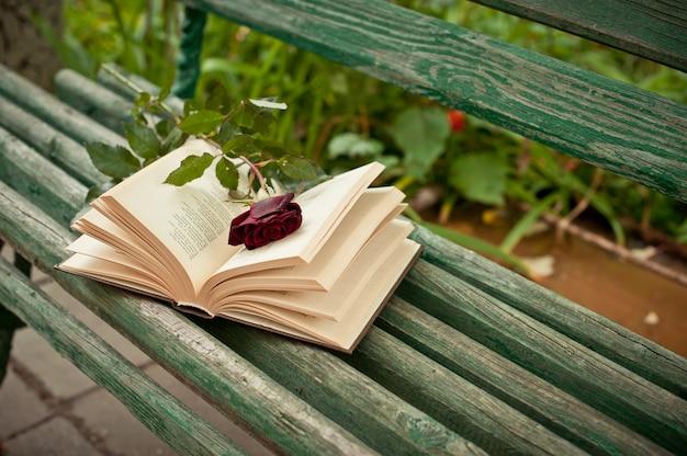 Boek op een bankje