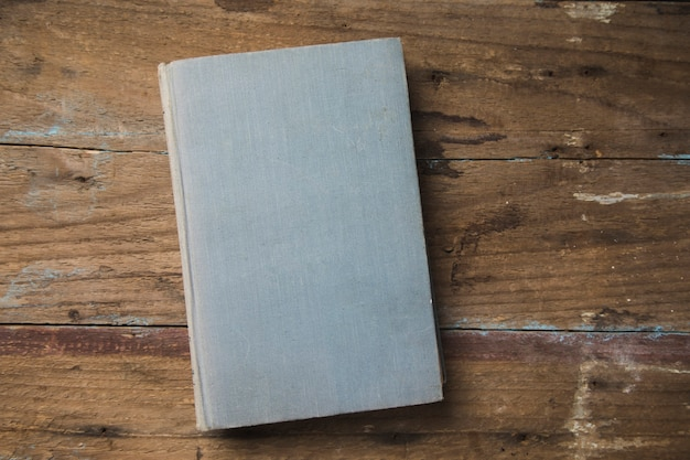 Boek op een houten tafel
