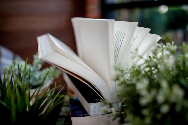 Boek op het bureau gelegd veel boeken mooie kleuren voor het bestuderen van kennisonderwijsbeelden