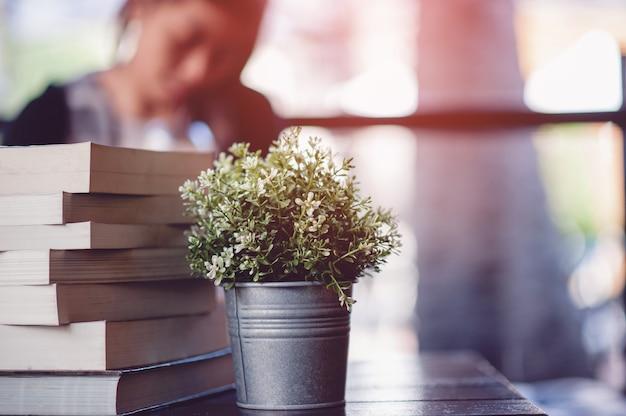 Boek op het bureau gelegd veel boeken, prachtige kleuren om te studeren, kennis, onderwijs - afbeeldingen