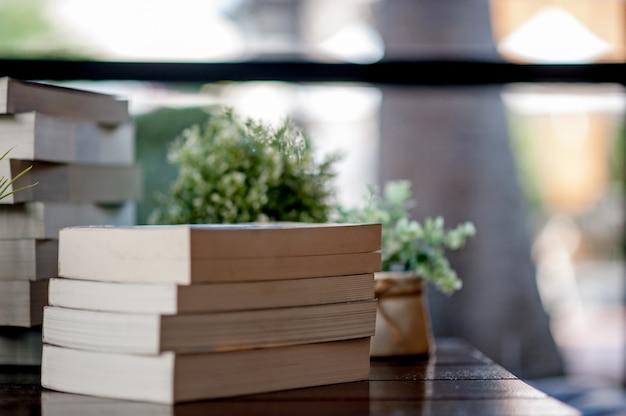 Boek op het bureau geplaatst veel boeken, mooie kleuren om te studeren