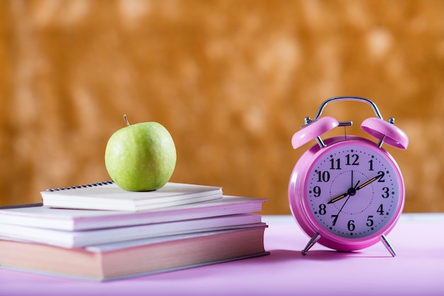Boek op het bureau, onderwijsconcept