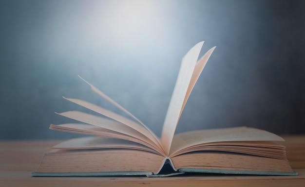 Boek openen op tafel onderwijs en leren concept