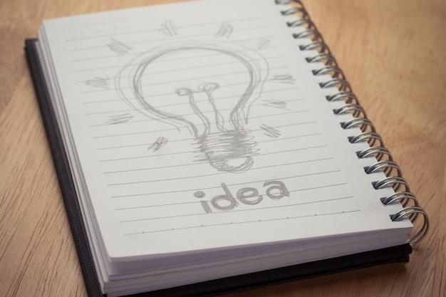 Boek van idee op houten lijst