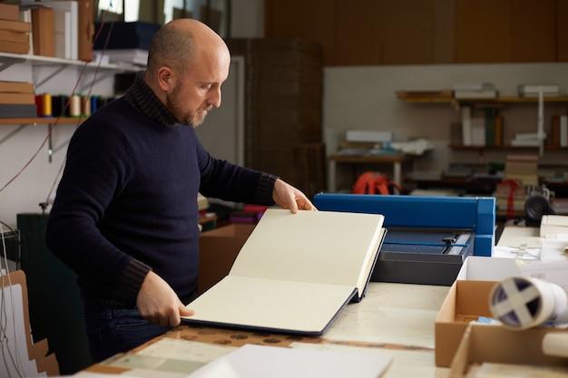 Boekbinder werken in een magazijn