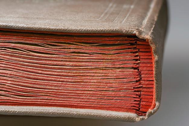 Boekbinderfragment van vintage album met rode kartonnen pagina's