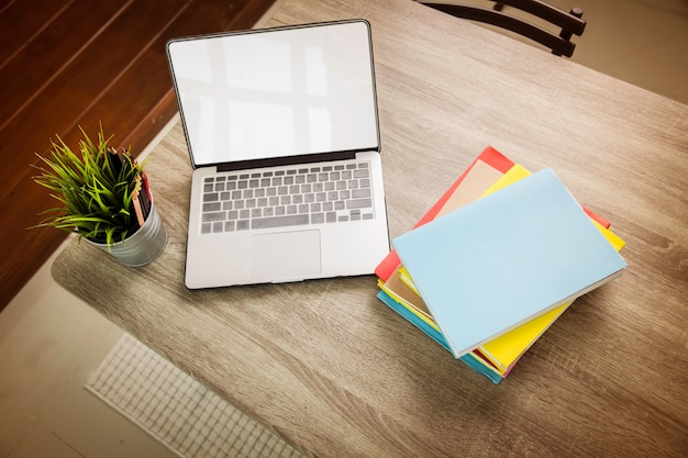 Boeken en computer op tafel op school