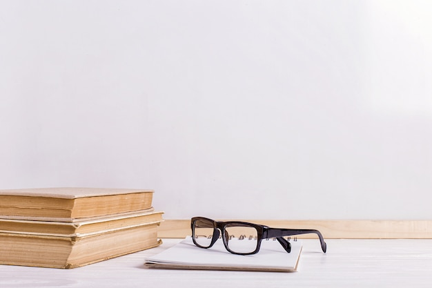 Boeken en glazen op de tafel