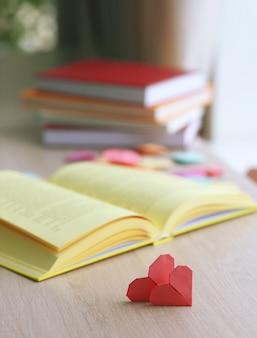 Boeken en hartvormige bladwijzers op een houten tafel
