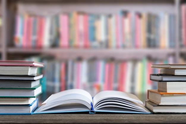 Boeken en leerboek op houten bureau in bibliotheek wereldboekendag en onderwijsconcept.