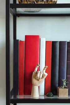 Boeken en ornamenten op een plank