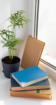 Boeken en plantarrangement