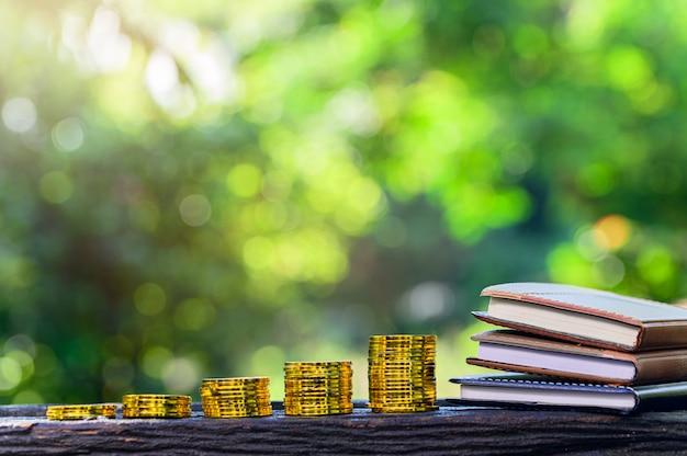 Boeken en stapels munten
