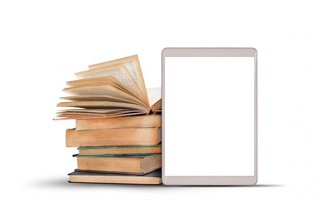 Boeken en tabletcomputer op witte achtergrond.