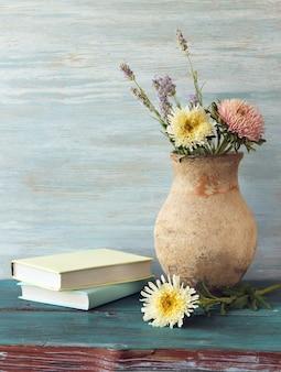 Boeken en vaas met bloemen, lerarendag, terug naar school