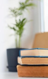 Boeken en wazig plantarrangement