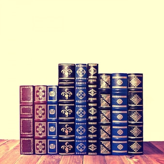 Boeken gestapeld in een rij gesorteerd op grootte