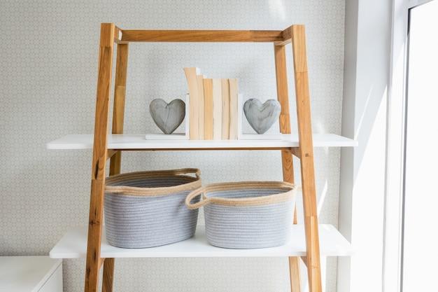 Boeken, hartvorm en mand gerangschikt op de plank in de woonkamer