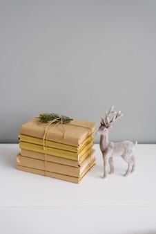 Boeken in ambachtelijke covers in een stapel met kerstversiering
