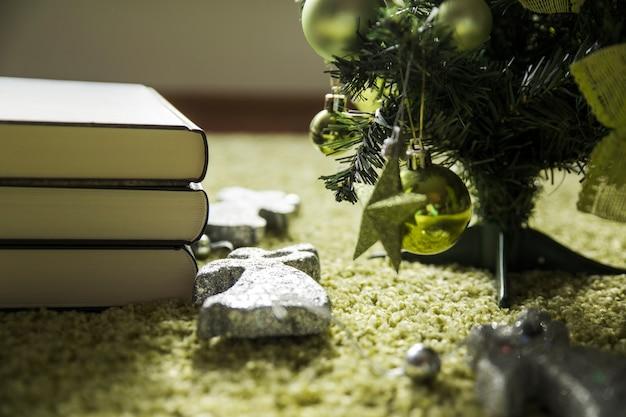 Boeken in de buurt van de kerstboom