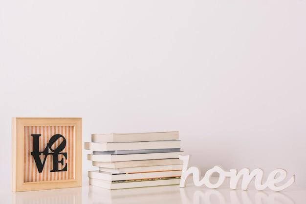 Boeken in de buurt van schattige geschriften