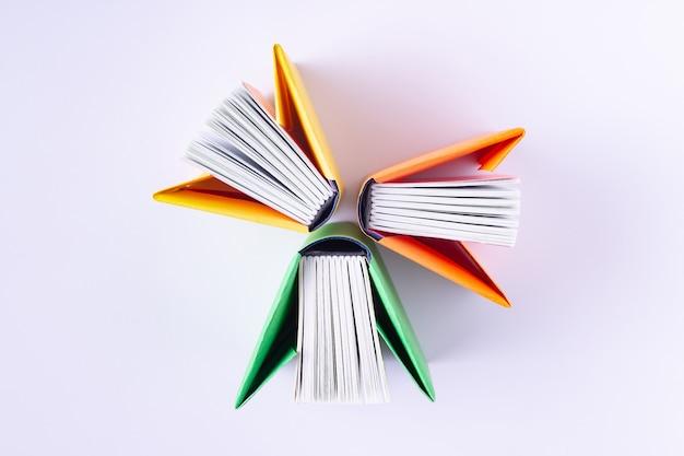 Boeken in kleurrijke omslagen op een witte achtergrond