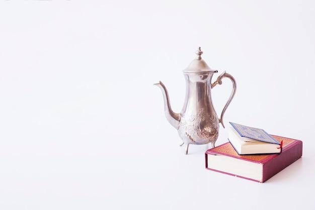 Boeken liggen in de buurt van theepot