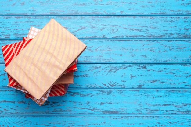 Boeken op blauwe houten achtergrond