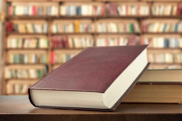 Boeken op de plank in de bibliotheek