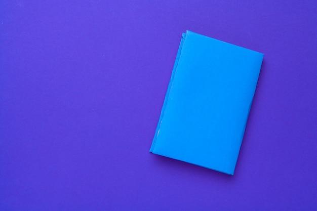 Boeken op een blauwe achtergrond