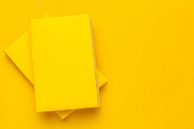 Boeken op een gele achtergrond