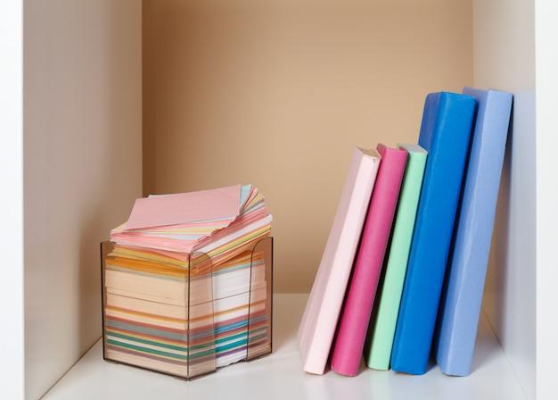 Boeken op een houten plank thuis of op kantoor