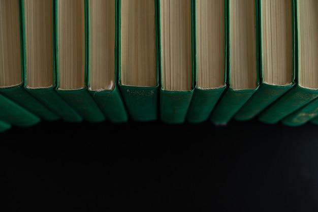Boeken op een rij op een zwarte achtergrond