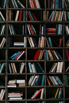 Boeken over boekenplank