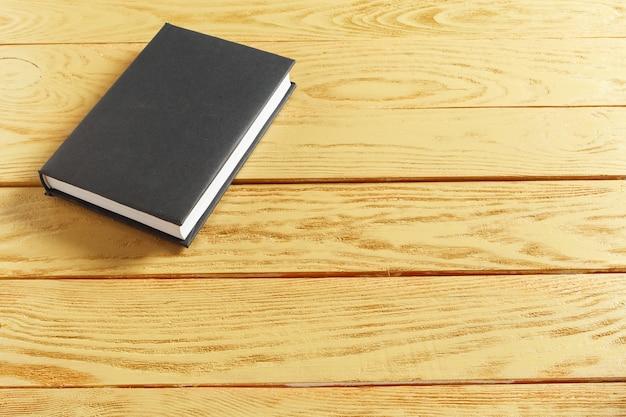 Boeken over de oude houten tafel