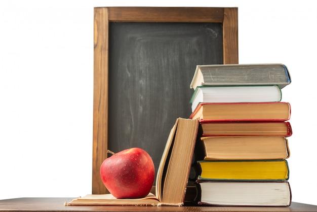 Boeken, schoolbord en appel. terug naar school