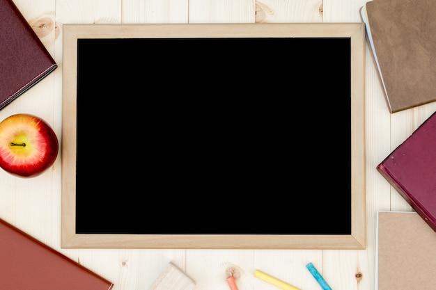 Boeken, schoolbord en plaats voor tekst. uitzicht van boven. plat leggen