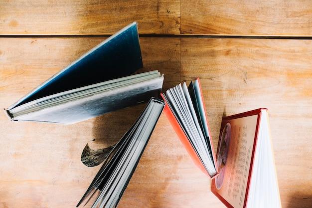 Boeken staan op tafel