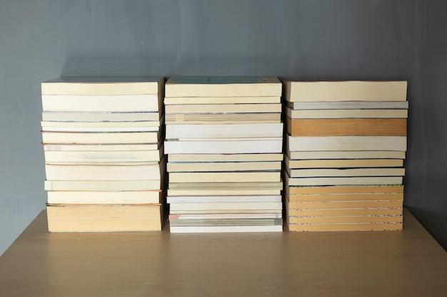 Boeken stapelen op het bureau