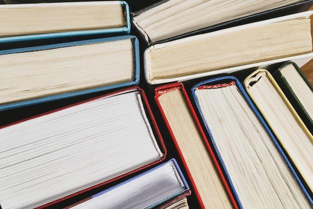 Boeken van verschillende dikte en kleur, bovenaanzicht vanaf de kolf