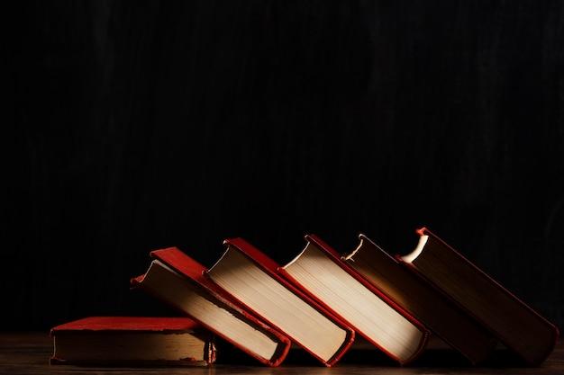 Boekenassortiment met donkere achtergrond